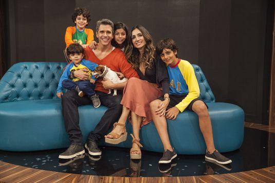 Marcio Garcia com a mulher, os filhos e o cachorro no 'Tamanho Família' ( Pedro Curi/Divulgação)