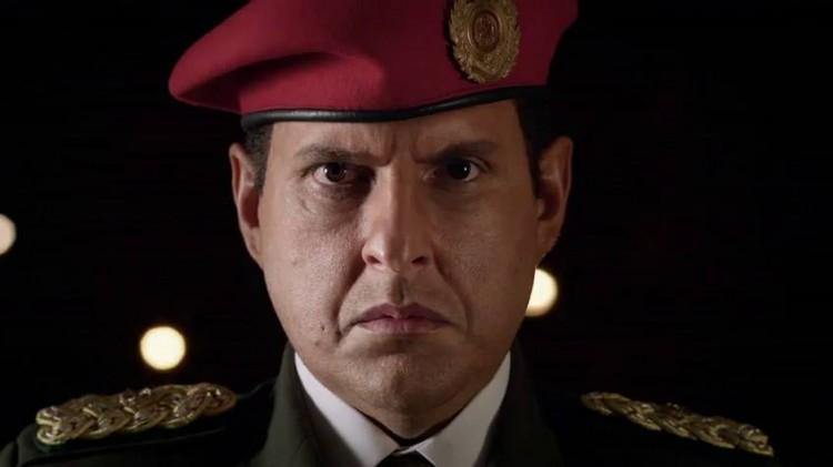 Andrés Parra como Hugo Chávez na série 'El Comandante' (Reprodução)