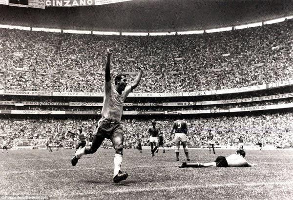 Carlos Alberto Torres comemora o quarto gol na final da Copa de 70 (Getty Images)