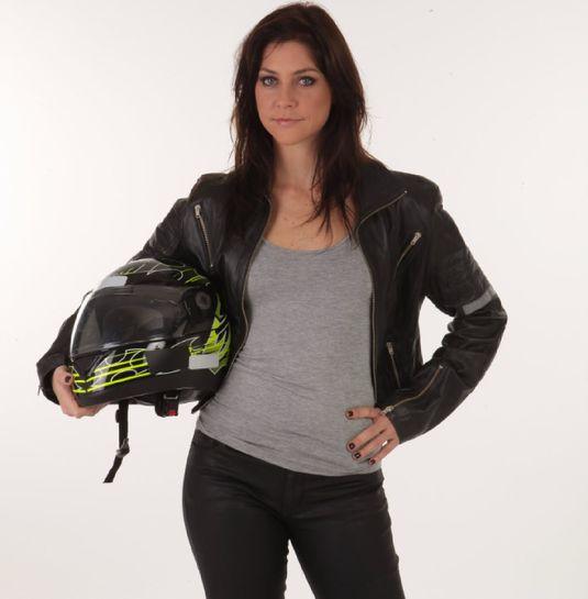 Chris Ubach, a motogirl Joana em 'A Garota da Moto' (Divulgação)