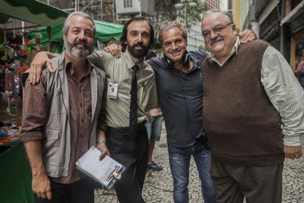 O diretor Breno Silveira (camisa azul) grava com Rodrigo Candelot, Julio Andrade e Xando Graça o 2º ano de '1 contra Todos' (Fox), ainda sem data (Guilherme Maia Reis/Divulgação)