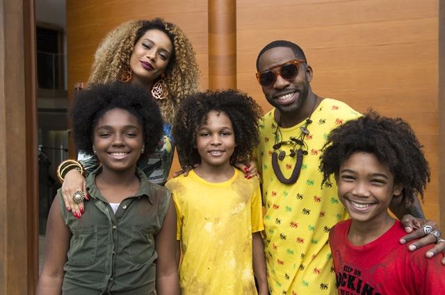 Michele (Tais Araujo) e Brau (Lázaro Ramos) com os filhos em 'Mister Brau' (Estevam Avellar/Divulgação)